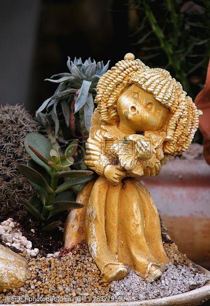 盆栽中的洋娃娃