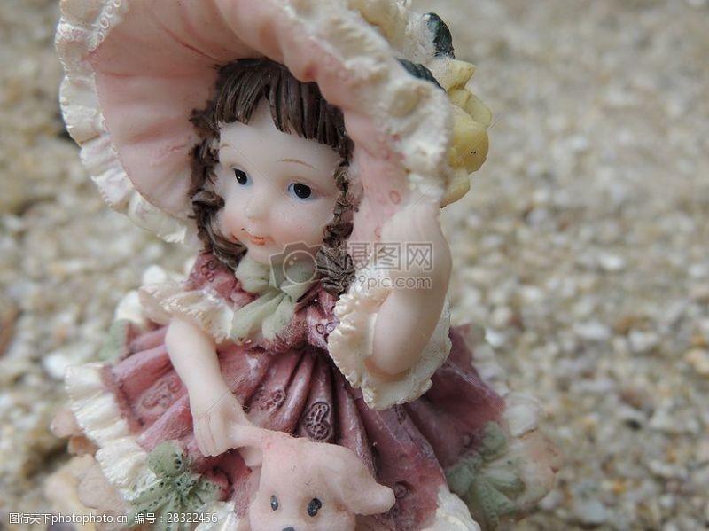 地上的洋娃娃