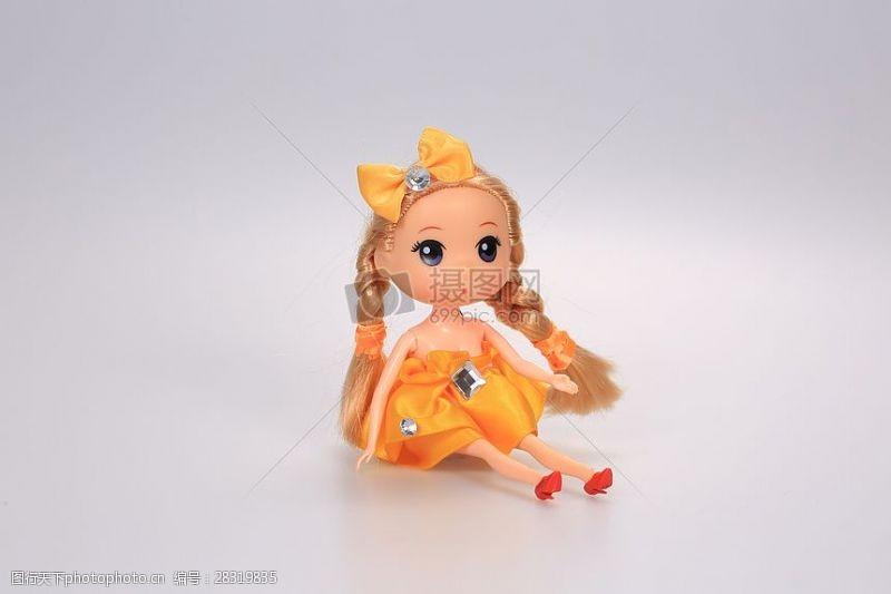 放置桌面的洋娃娃