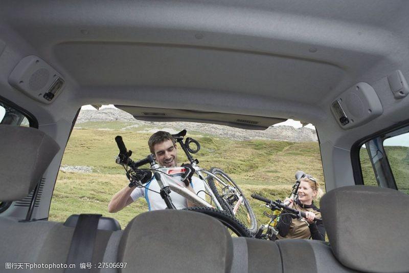 情侶騎自行車戶外旅行的夫妻圖片