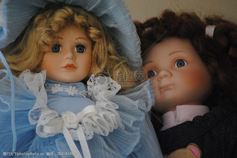 藍衣服和黑衣服的洋娃娃