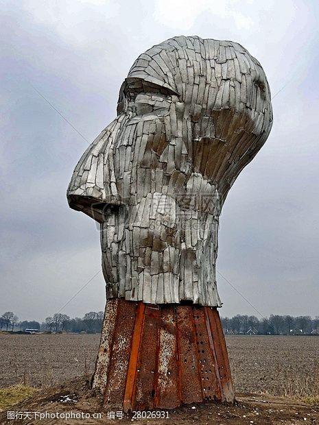艺术天空草地上的雕塑艺术