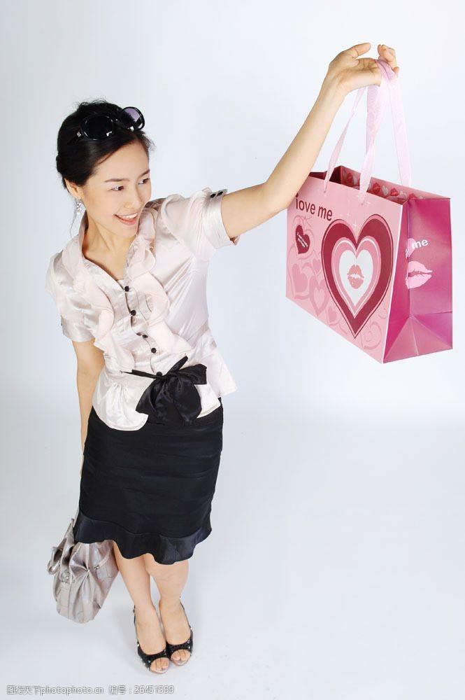 化妆品高清图片提着甜蜜包装袋女性图片