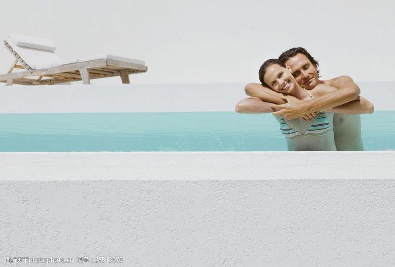 女性健康生活在游泳池游泳的情侣图片