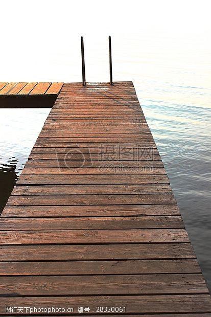木头桥湖泊中的木桥