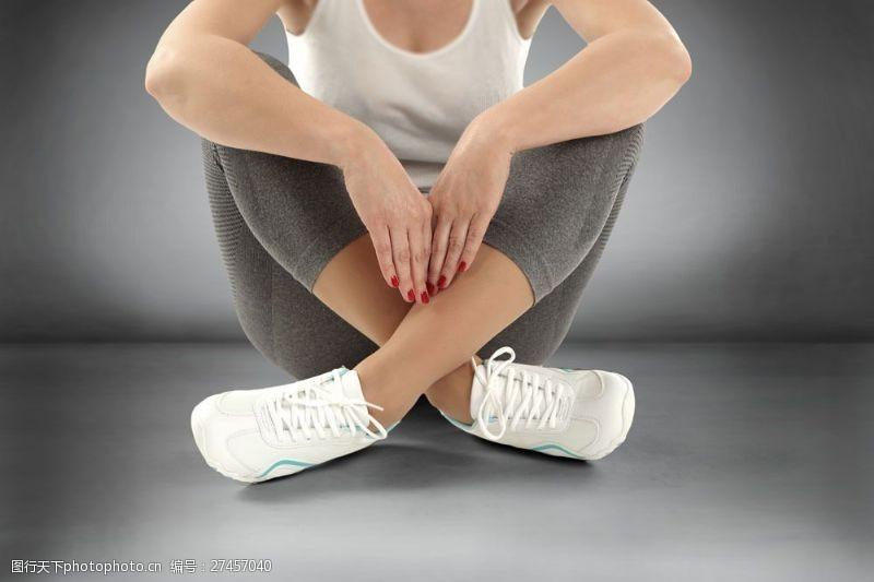 双腿交叉坐着的女人图片