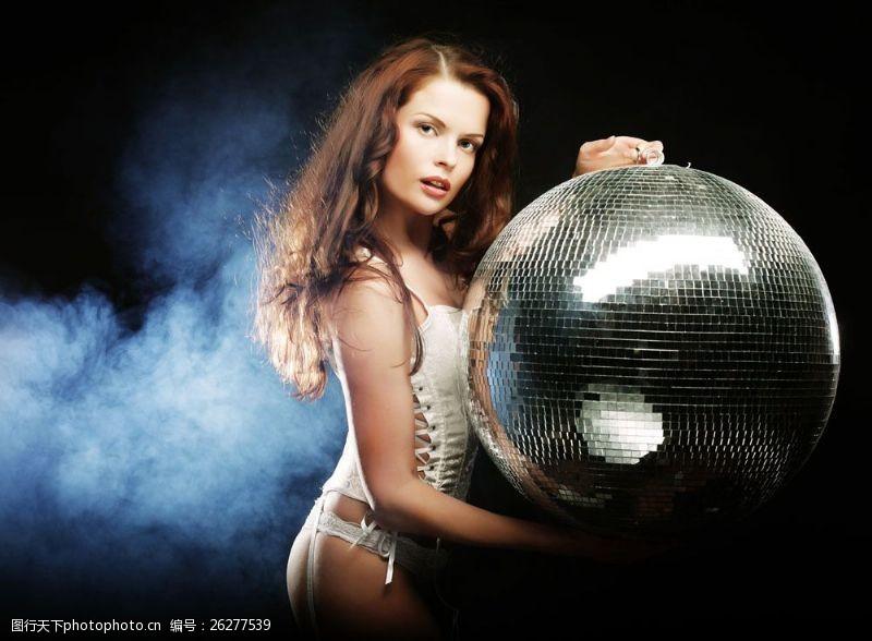 青春梦幻性感女人与金色光球图片