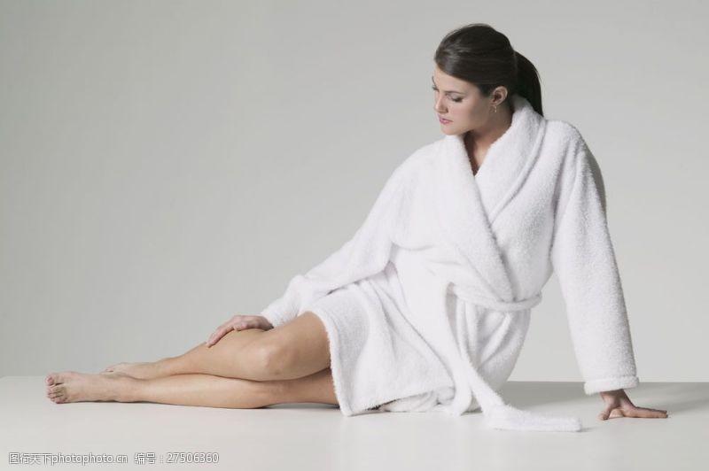 穿着白色睡裙坐着的女人图片
