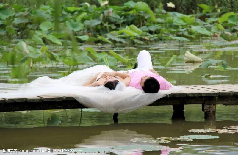 湖水情侣婚纱