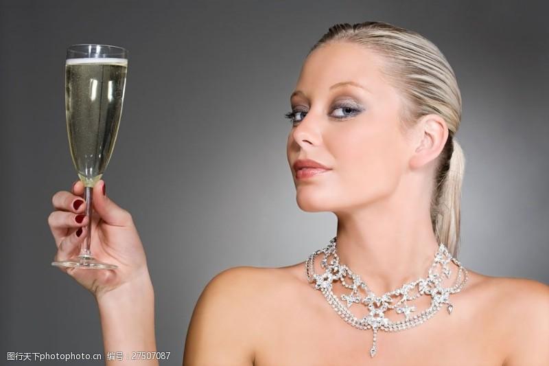 美容美体图片端酒杯带钻石项链的贵妇人图片图片