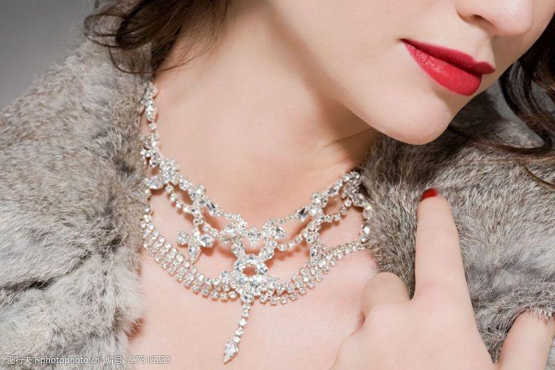 美容美体图片戴着钻石项链的贵妇图片
