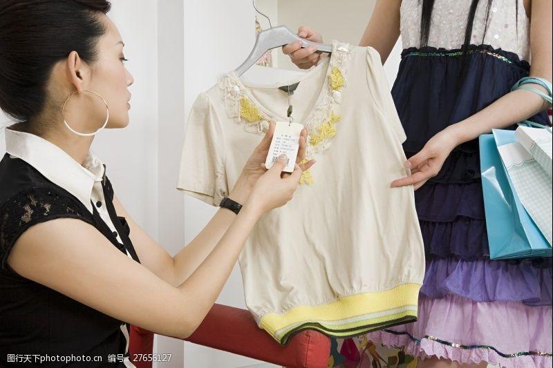 女性高清图片两个购物买衣服的女人图片