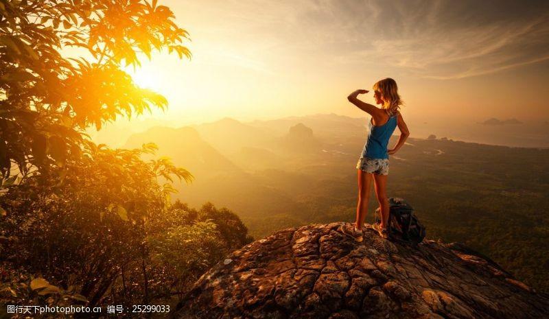 自然探险山顶远眺图片