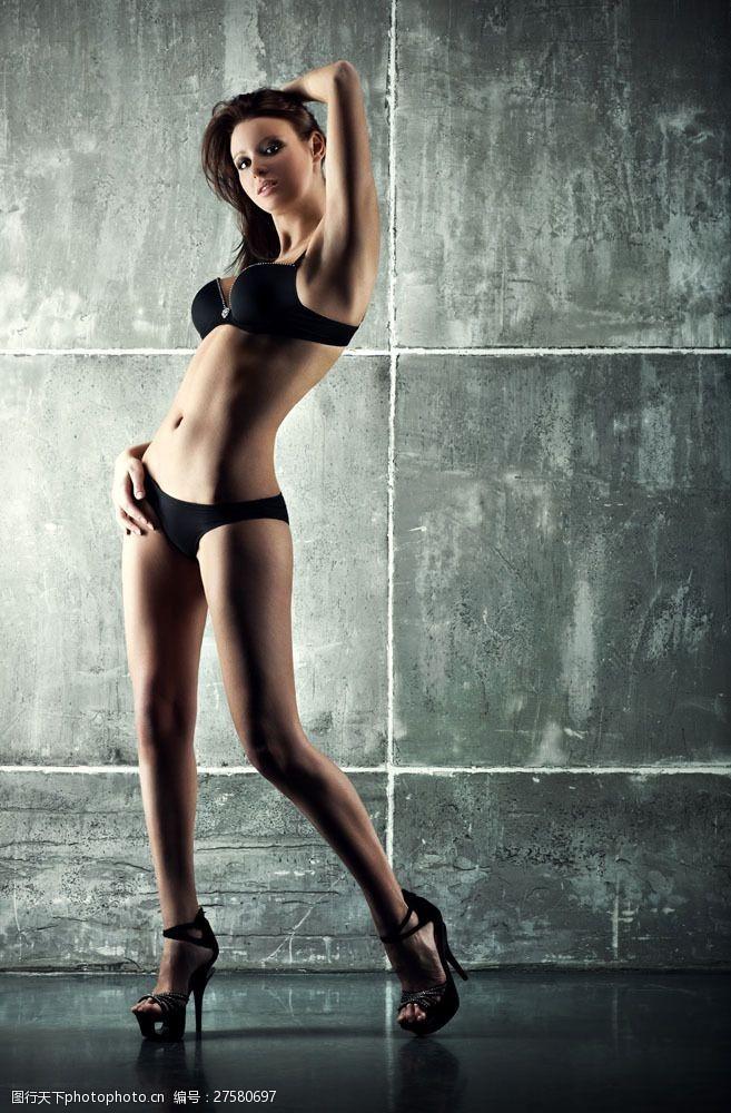 三点式黑色内衣美女图片