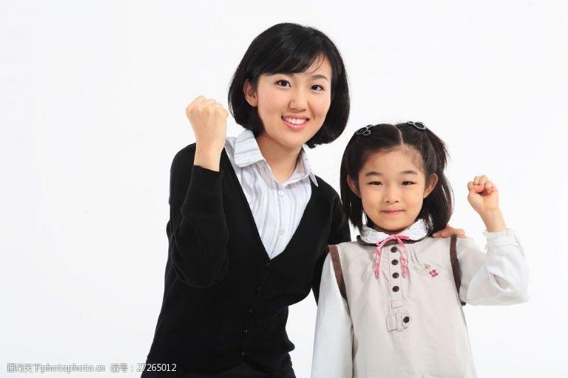 抬手展示自信的老师和学生图片