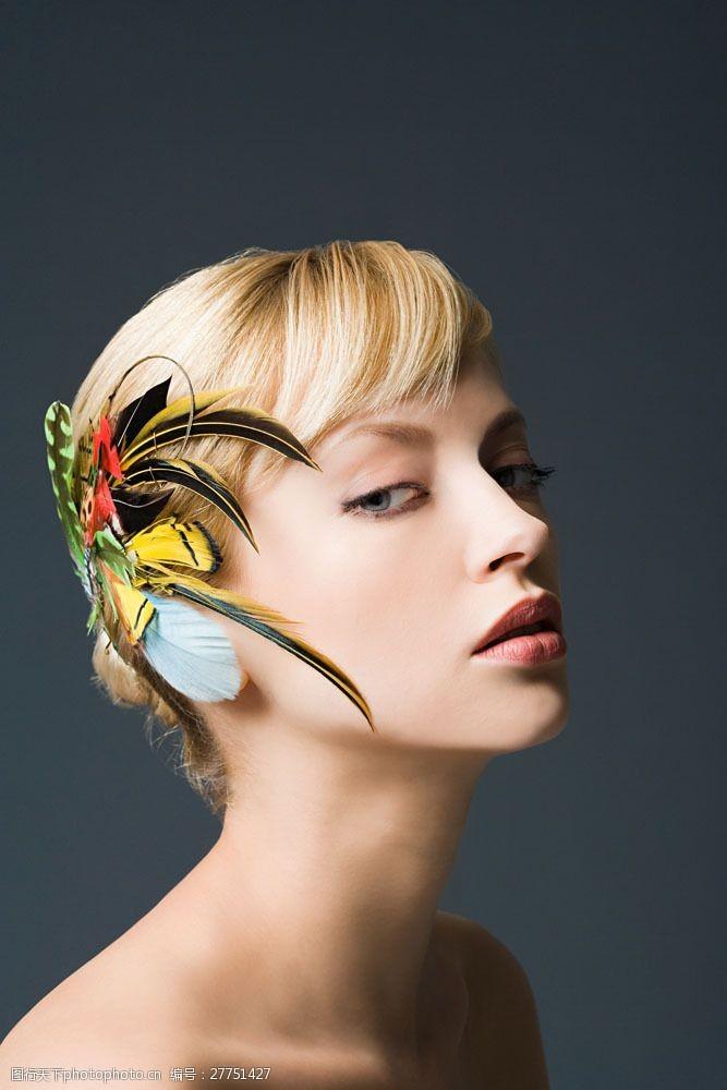 美丽佳人戴羽毛头饰的美女图片