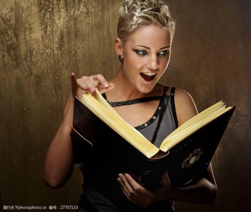 蒸气朋克拿着书本的美女图片
