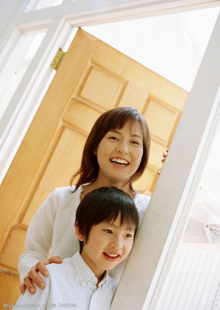 温馨幸福的母子俩图片