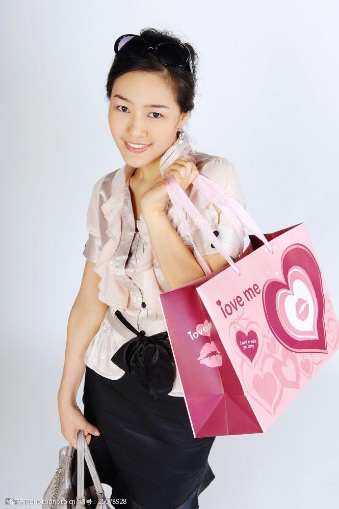 化妆品高清图片提着浪漫购物袋女性图片