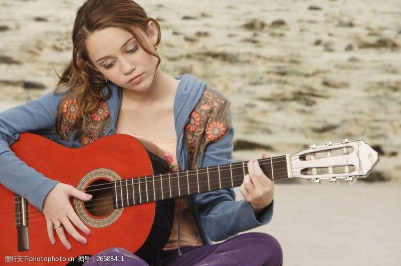 欧美明星女生弹吉他的图片