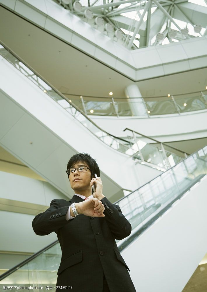 抬手打电话的商务男人图片