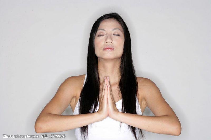 女性健康生活正在练瑜伽的女人图片