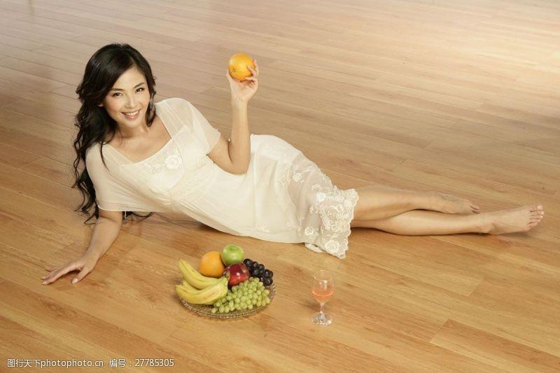 明星图片拿水果的美女图片