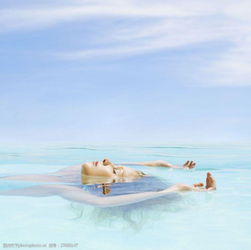 女性健康生活侧拍浮水的女人图片