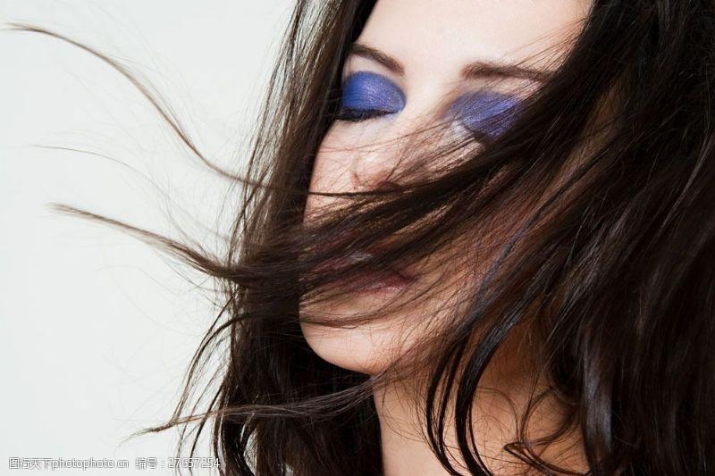 浓妆眼影长发外国美女图片