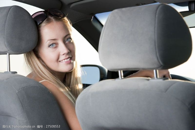 女性高清图片驾驶小汽车的外国女人图片