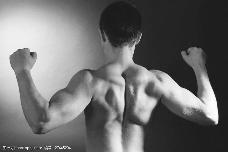 肌肉展示展示背肌的肌肉男图片