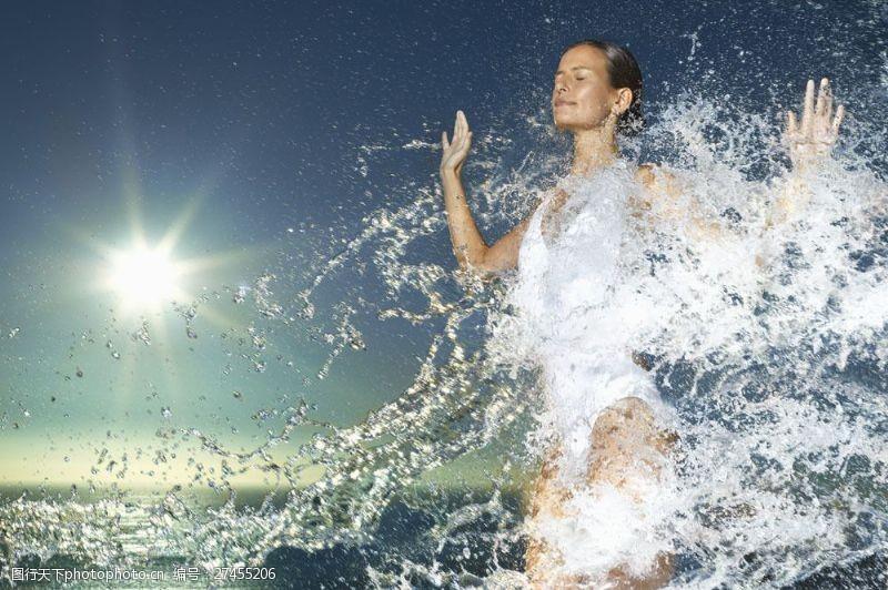 女性健康生活在游泳的女性图片
