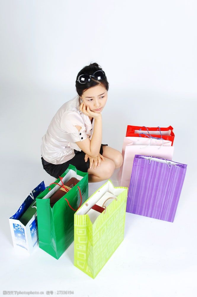 化妆品高清图片蹲着购物女性图片