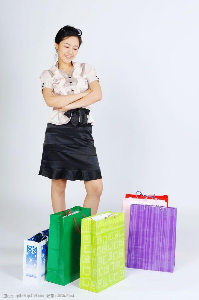 化妆品高清图片看着包装袋购物女性图片