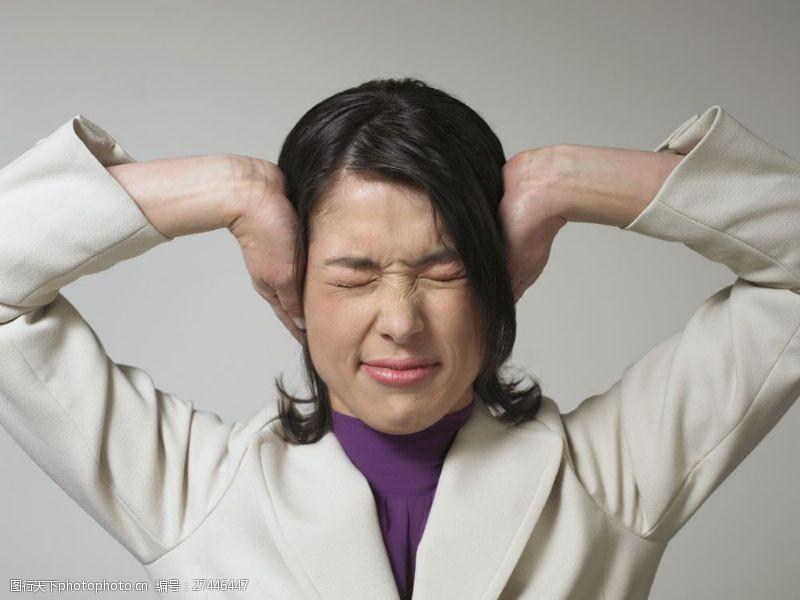 抬手眼睛紧闭捂住耳朵商务女士图片