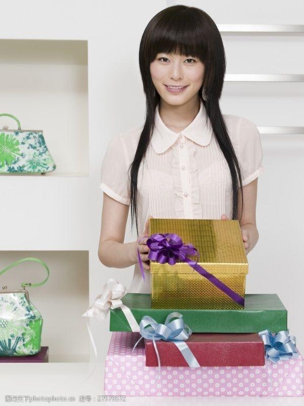 女性高清图片漂亮女孩拿着许多礼品盒图片