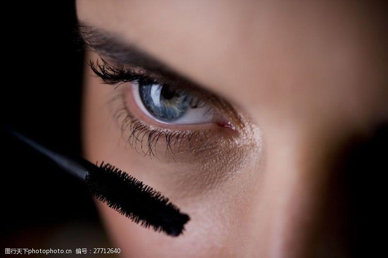 眼部特写抹睫毛化妆女性图片