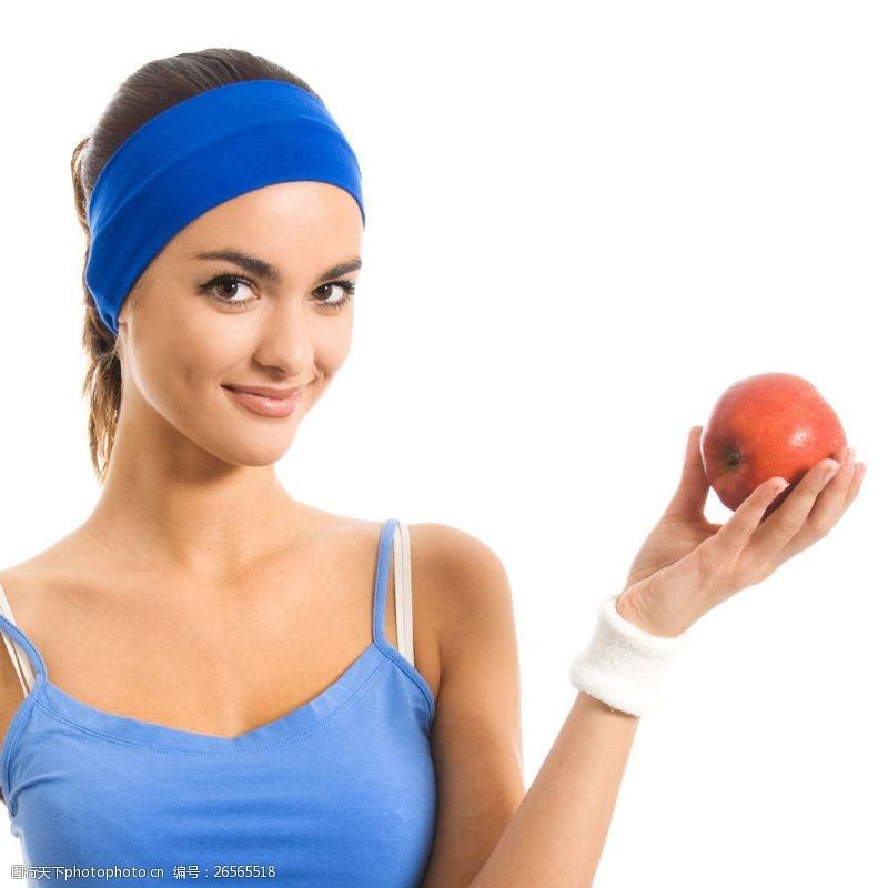 女性健康生活手拿苹果的健身美女图片