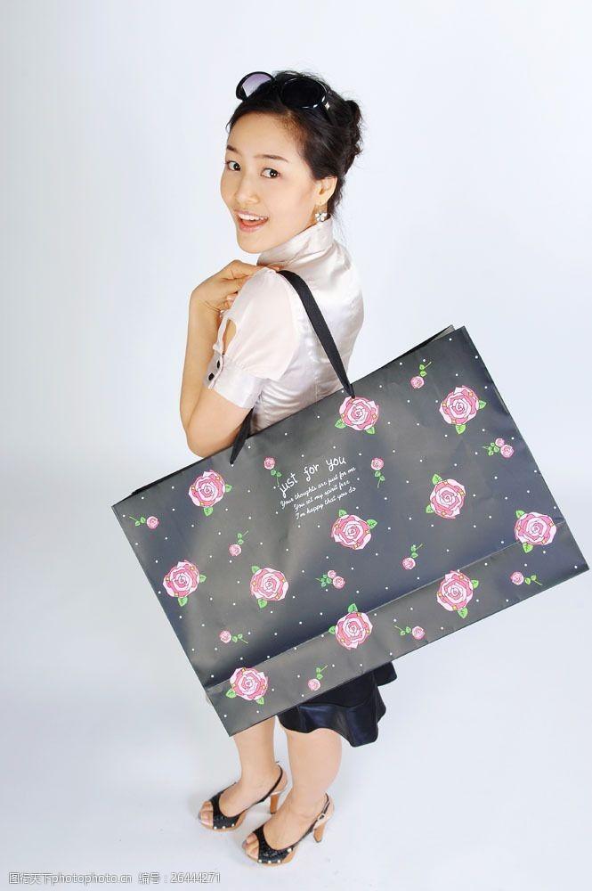化妆品高清图片背着高贵包装袋女性图片