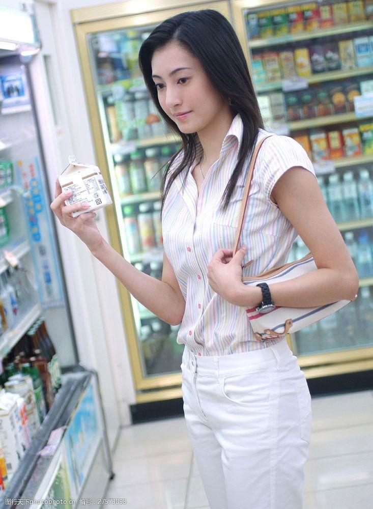 女性健康生活在超市买东西的女性图片