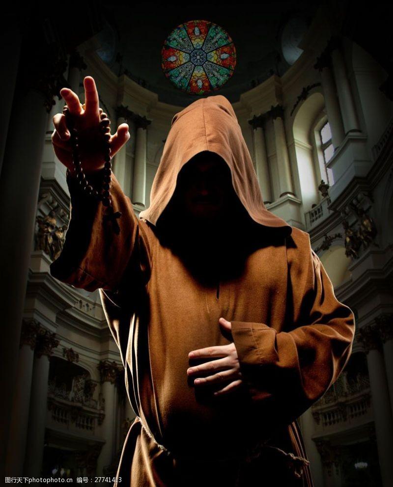 抬手的宗教人士图片