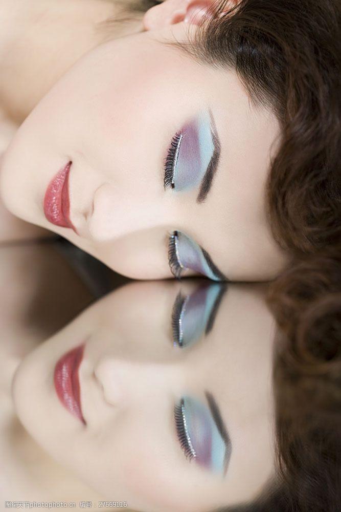 浓妆眼影化彩色眼影的性感美女面部图片