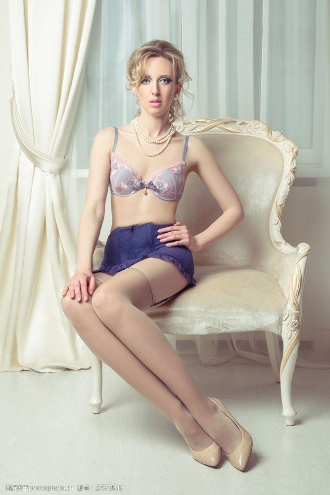三点式坐在沙发椅上的内衣美女图片