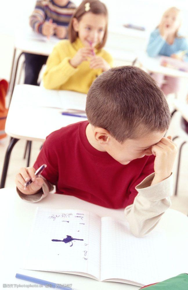 小学生写字拿着钢笔偷笑的小学生图片