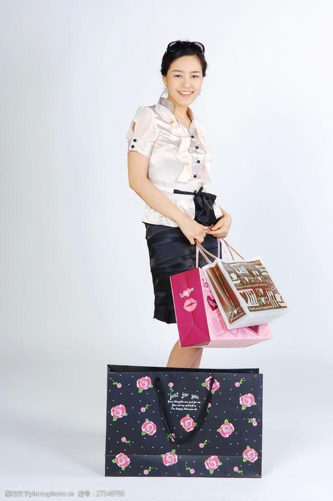 化妆品高清图片提着包装袋购物女性图片