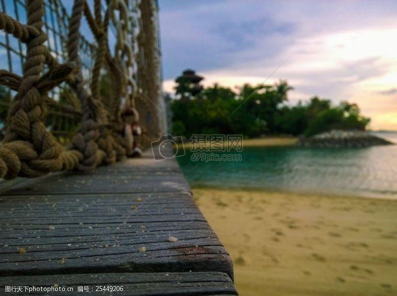 沙滩上的木头桥