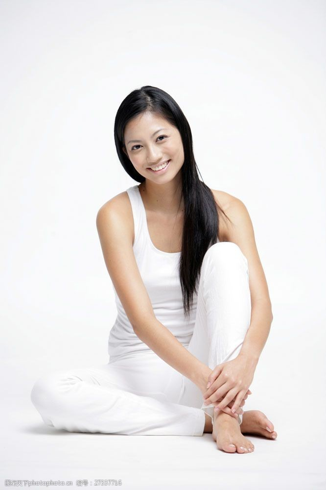 女性健康生活抱坐在地面上的东方女性图片