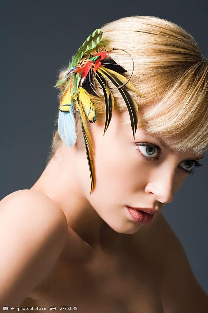 美丽佳人戴羽毛头饰的外国美女图片