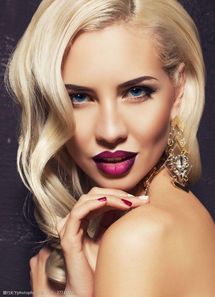 戴着耳环的浓妆美女图片