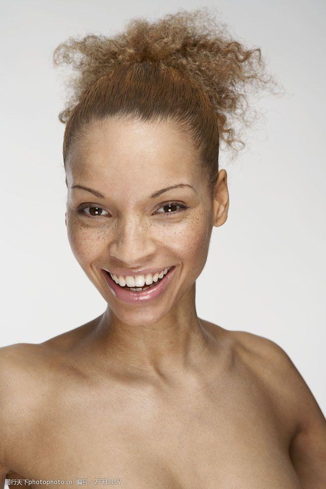 雀斑脸有斑点的开心女人图片
